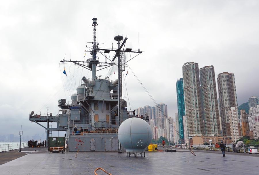 4月20日,美國海軍第七艦隊旗艦藍嶺號兩棲指揮艦抵達香港,停靠在招商局碼頭。(中新社)