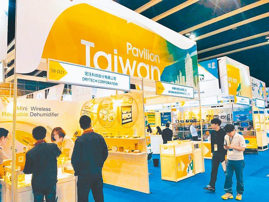 香港抗爭經濟動盪,近期有高資產台商將資金移出香港。圖為香港春季電子展的台灣館。(本報系資料照片)