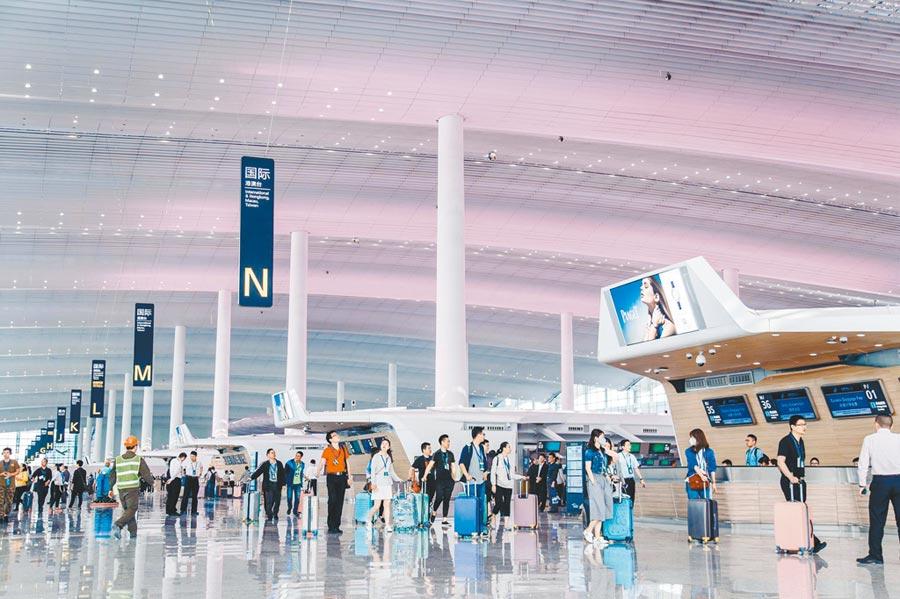 航運物流在香港機場卡住,廣州白雲機場接手受益。圖為廣州白雲機場T2航廈。(中新社資料照片)