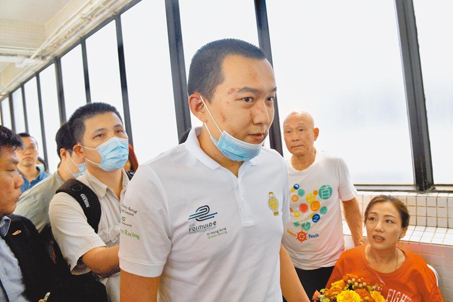 《環球時報》記者付國豪被毆,大批香港市民和團體14日赴醫院探望聲援。(中新社)