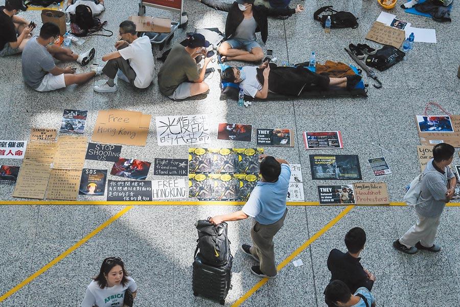 8月14日,香港機場管理局已取得法庭禁制令,禁止非法干擾機場。圖為示威者在機場大廳擺放抗爭文宣。(中央社)