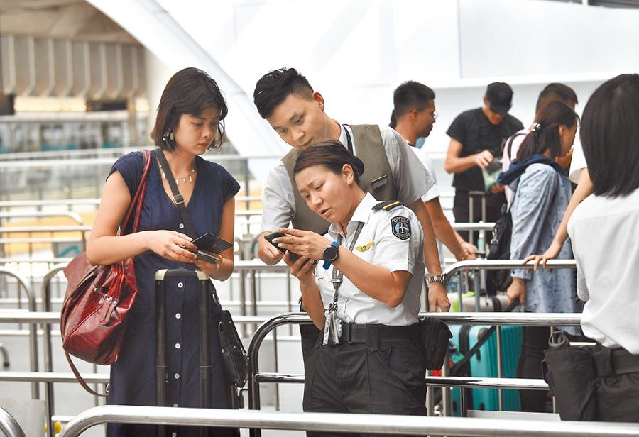 旅客需持機票或登機證等,才能進入香港機場客運大樓。(中新社)
