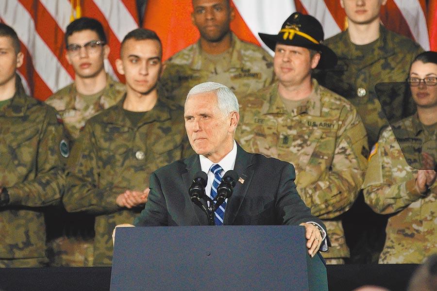 美國副總統彭斯被視為鷹派代表人物,圖為2月13日,彭斯在波蘭華沙一軍事基地發表講話。(新華社)