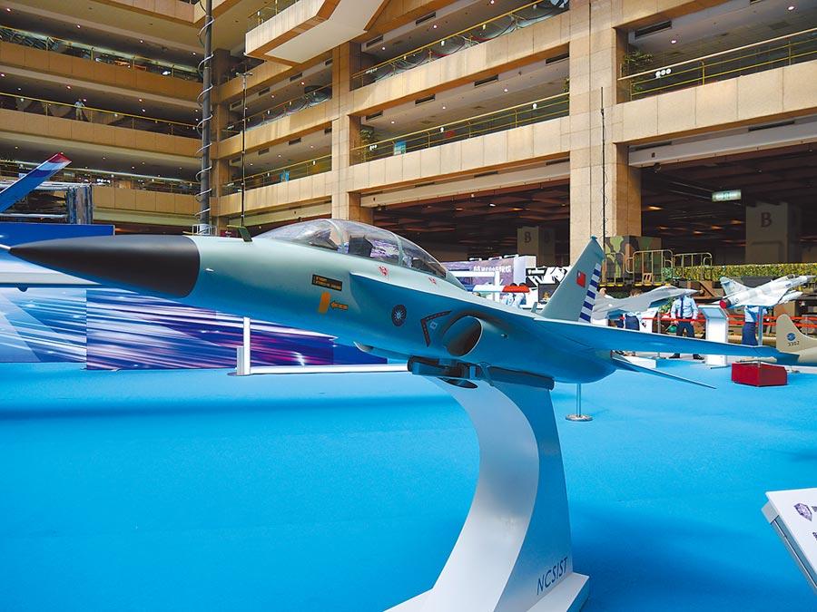 國軍新一代高教機模型首次對外展示。(記者張國威攝)