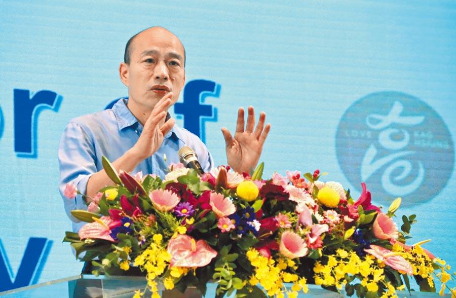 韓國瑜回應峇里島度假打麻將一事,懷疑被「跟監」。圖為14日韓國瑜出席校長聯席會議。(中央社)