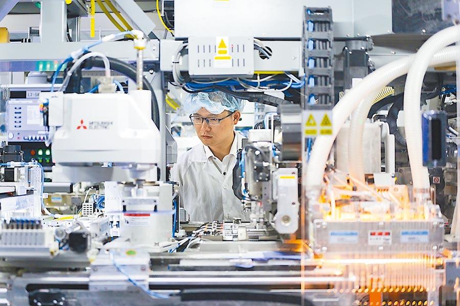 江蘇鎮江一家企業內生產景象。(中新社資料照片)