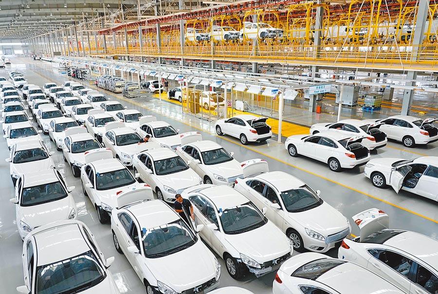 工人在北京新能源汽車公司生產線工作。(新華社資料照片)