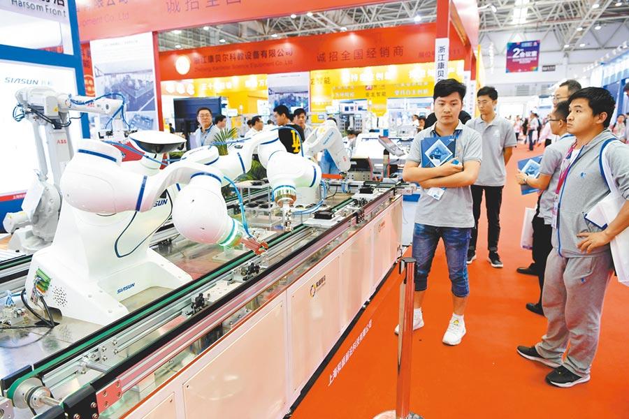 採購商在福州一展會上了解高技術製造業產品。(中新社資料照片)