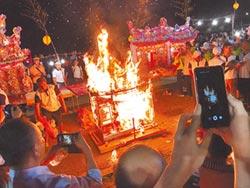 雞籠中元祭放水燈 未放先燒光