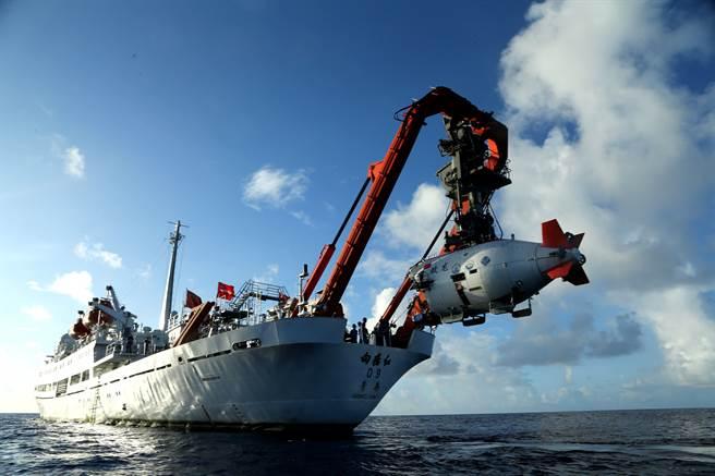 繼「蛟龍」號(見圖)載人潛水器後,中國大陸正著手研發能快速深潛的無人潛航器。(新華社)