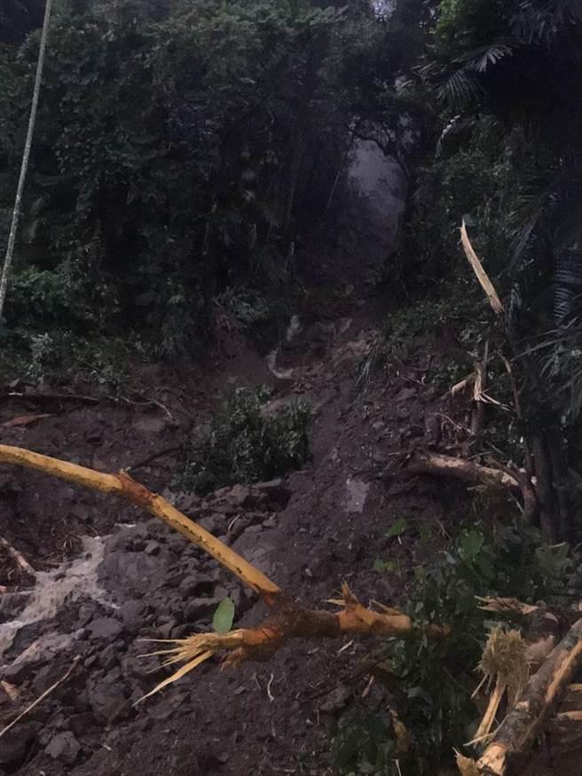 阿里山林鐵22k+380處(樟腦寮路段)今早邊坡土石滑落且軌道橫移損壞。(張亦惠翻攝)