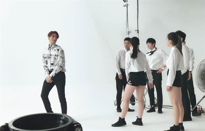 創作新人黃昺翔新專輯第二波主打〈喇叭La啦〉當中再度挑戰舞蹈。(無限美好文創娛樂提供)