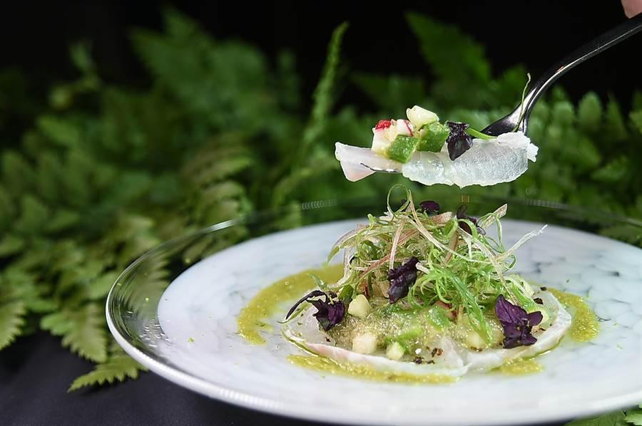 〈Ukai 割烹〉季節套餐的生魚片出的是紅條魚,比較特別的是廚師用鹽昆布、海鹽、現擠酸桔汁,以及青蔥醬提。(圖/姚舜)
