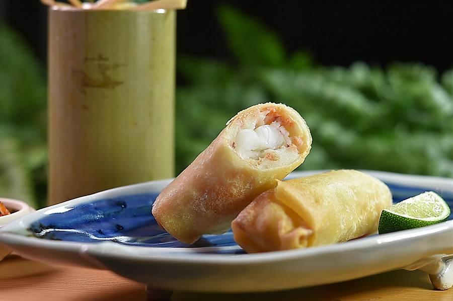 以鱈魚漿和角蝦作餡炸製的〈日式角蝦春捲〉,皮酥餡豐且真材實料,「賺燒吃」美味極了。(圖/姚舜)