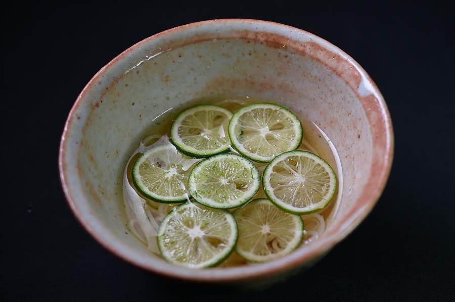 「酸桔」的酸味清鮮且「醒腦」並帶有甘甜香,〈Ukai割烹〉這個季節用它來為沁涼的〈稻庭烏龍麵〉提味,形色優雅且味道清俐爽口。(圖/姚舜)