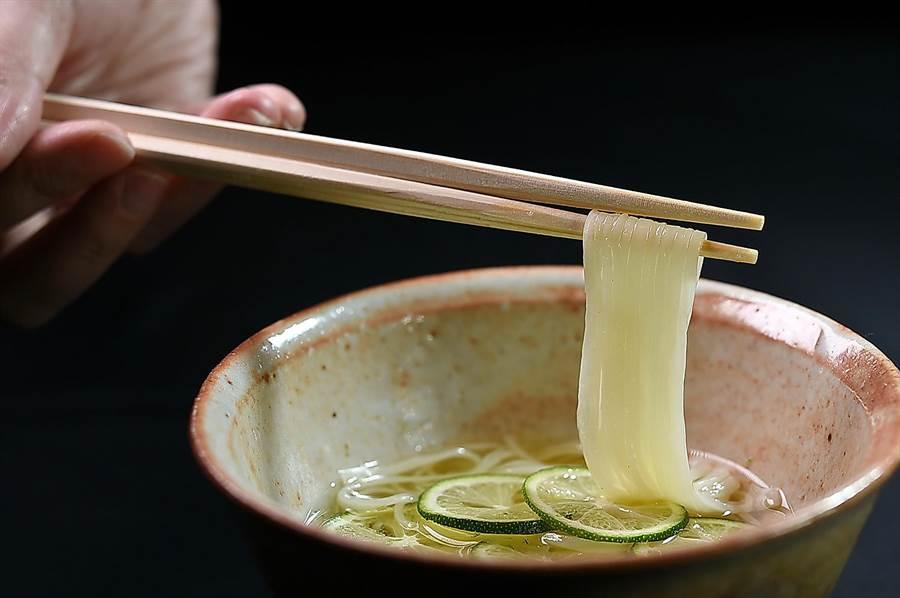 〈醋桔稻庭烏龍麵〉麵體非常爽滑利口,用醋桔提味的高湯則多了橘皮科水果獨特的清香。(圖/姚舜)