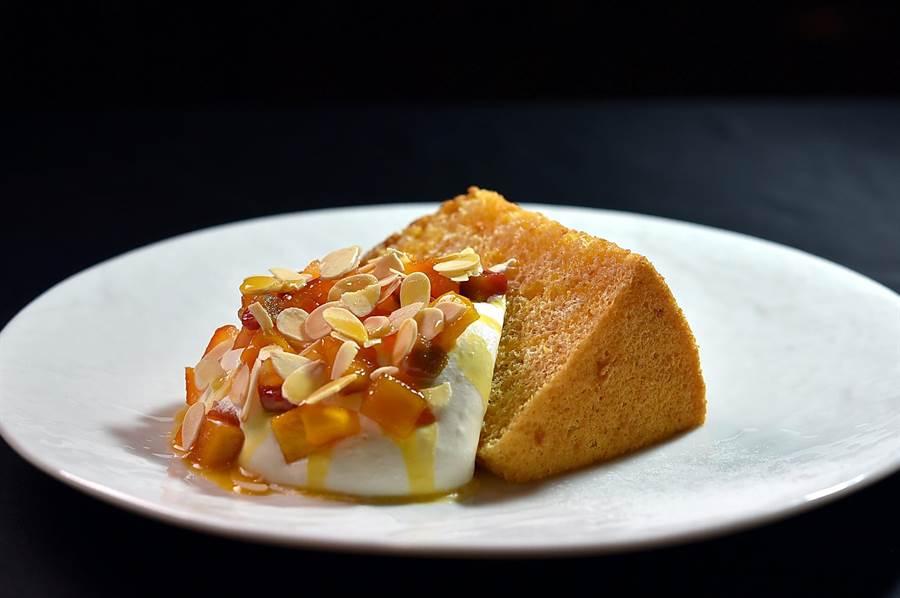 用打發鮮奶油和蜜漬果乾搭鬆軟的且加了龍眼蜜增加香甜味的戚風蛋糕,Ukai集團的經典甜點形色味與口感都很迷人。(圖/姚舜)