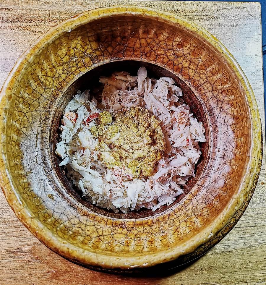 用山形縣輝映米與北海道毛蟹肉一起炊煮,並用蟹膏提味的〈毛蟹土鍋炊飯〉,每一口都可吃到鮮甜的毛蟹肉。(圖/姚舜)
