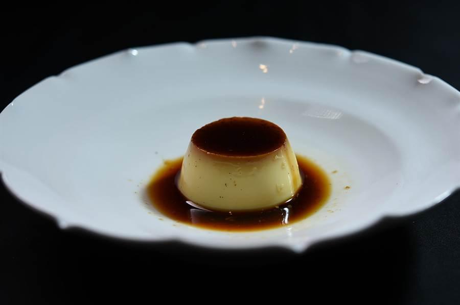 〈Ukai焦糖布丁〉用有機雞蛋和小農鮮乳製作,蛋黃比例高且口感滑嫩,並用了大溪地香草莢增加香氣。(圖/姚舜)