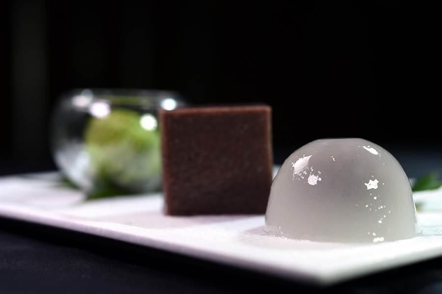 〈Ukai割烹〉這一季新菜單的餐後甜點有:包著紅豆餡的〈水饅頭〉、用寒天與海藻糖作的〈水羊羹〉,以及〈抹茶冰淇淋〉。(圖/姚舜)