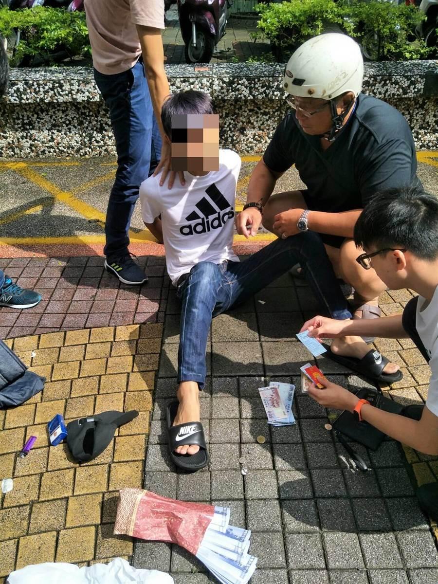未成年少年車手詐騙老翁遭高巿警苓雅分局人贓俱獲。(曹明正翻攝)