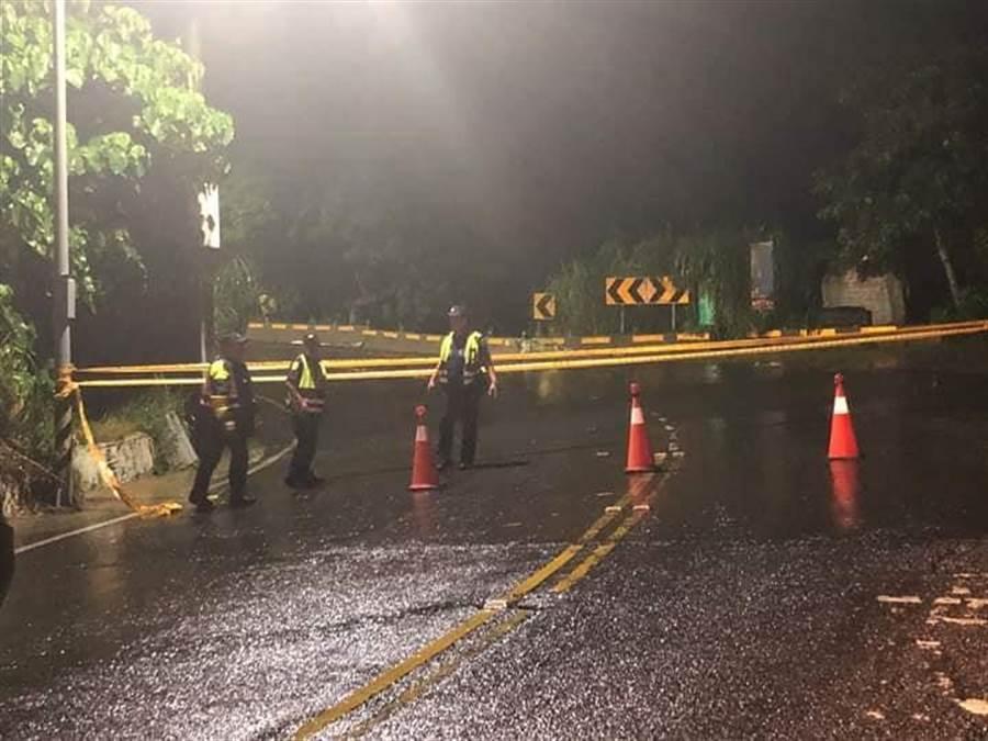 警方漏夜在現場拉起封鎖線禁止人車通行,並提醒用路人改道。(謝瓊雲翻攝)