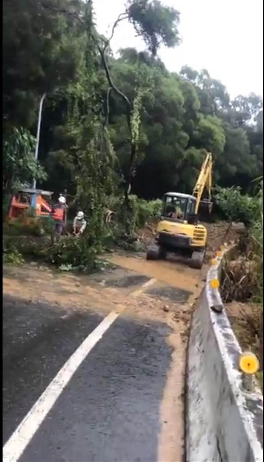 16日一早工務單位委外包商到場清除坍方土石與路樹。(謝瓊雲翻攝)