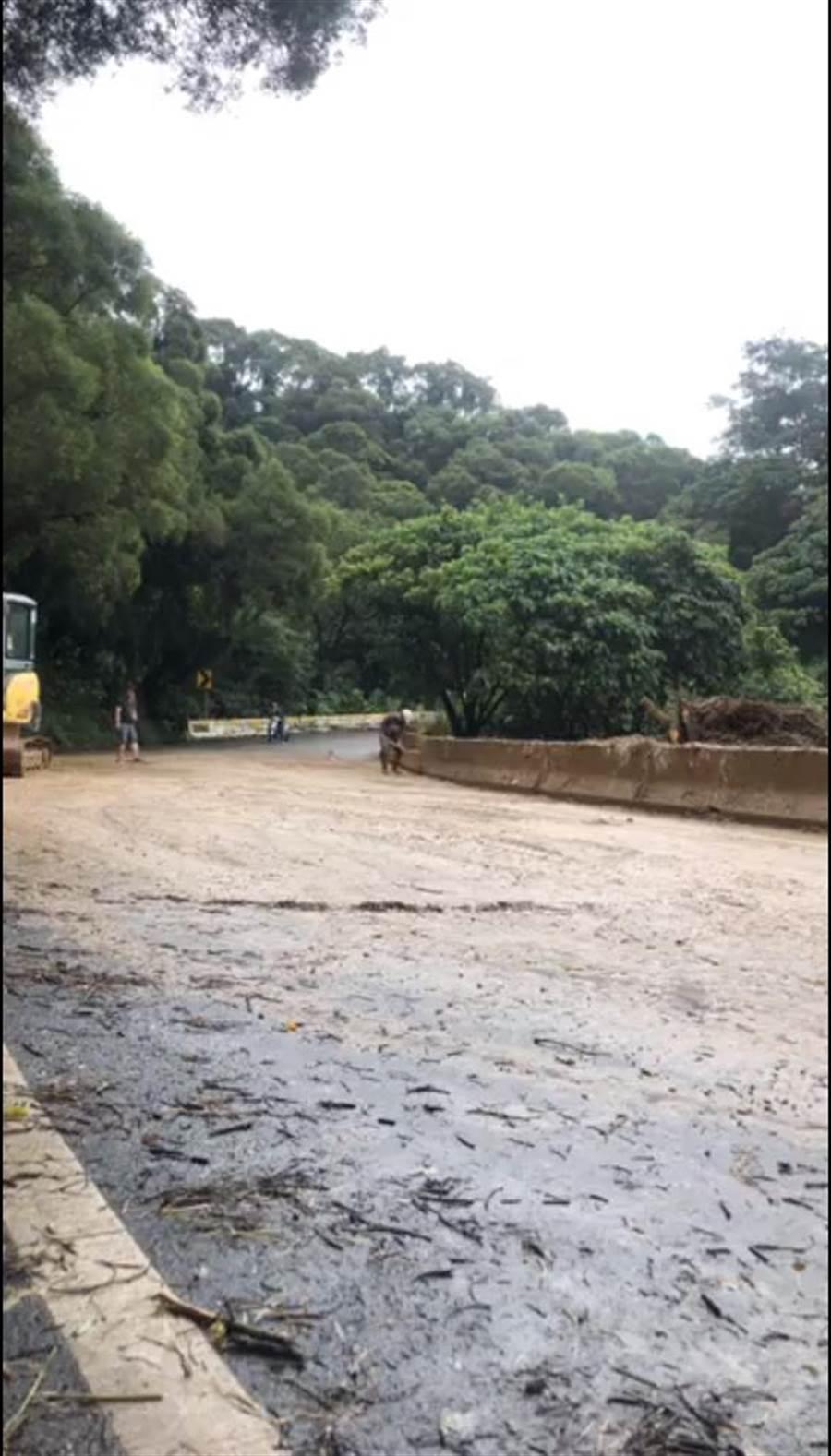 目前雙向道路皆已搶通恢復通行,但因仍有間歇性大雨導致山區土石鬆動,仍有零星土石滑落,提醒用路人小心通行。(謝瓊雲翻攝)