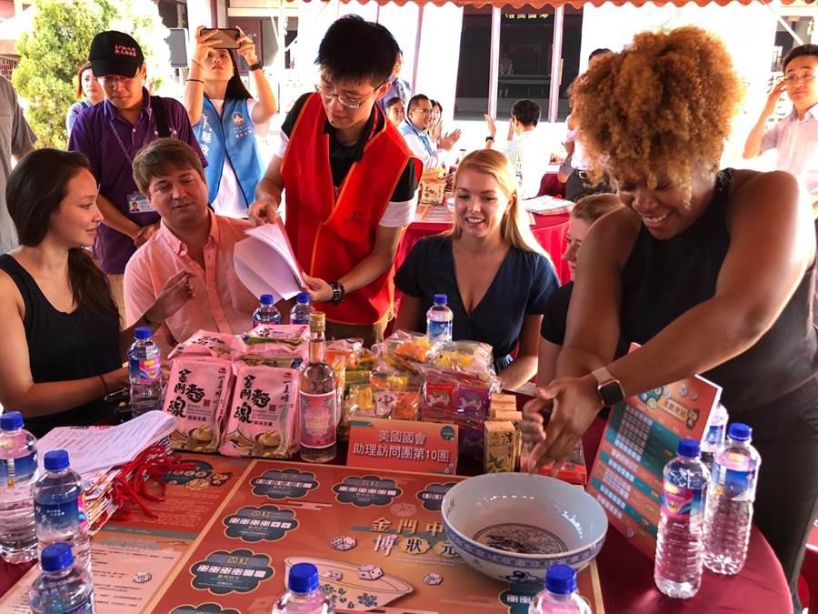 縣府觀光處解說員熱心為老外說明「博餅」的由來和遊戲規則。(李金生攝)