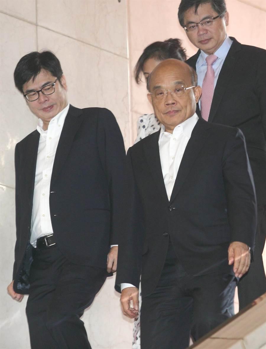 高雄市長韓國瑜日前表示,他每天至少批10份公文,行政院長蘇貞昌16日受訪時表示,自己批的公文常常要分好幾批抱進來,堆起來比人還高。(張鎧乙攝)