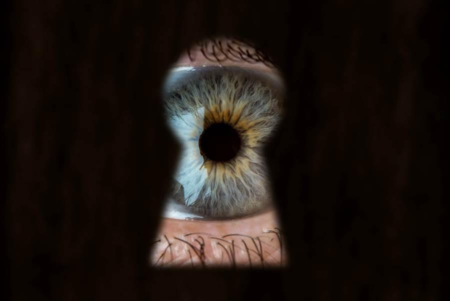 男廁驚現「眼睛」偷窺 作法引爭議(示意圖/達志影像)