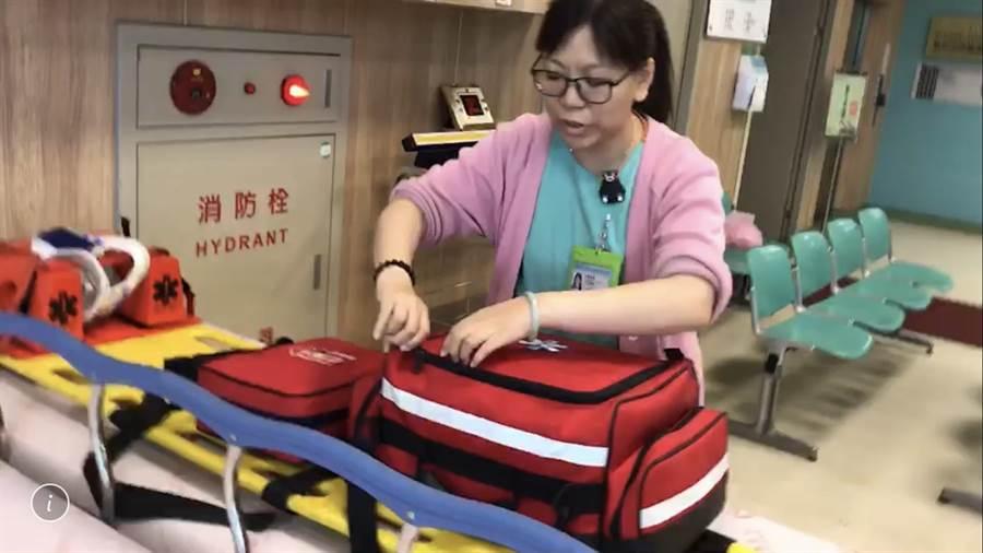 台南市立安南醫院急診室護理師張靖凰連兩天在門口救人。(程炳璋翻攝)