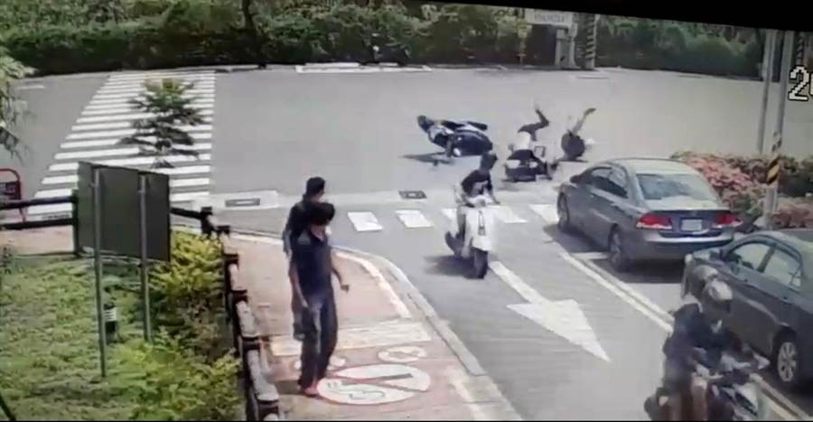 台南市立安南醫院門口14日發生機車騎士對撞車禍。(安南醫院提供)
