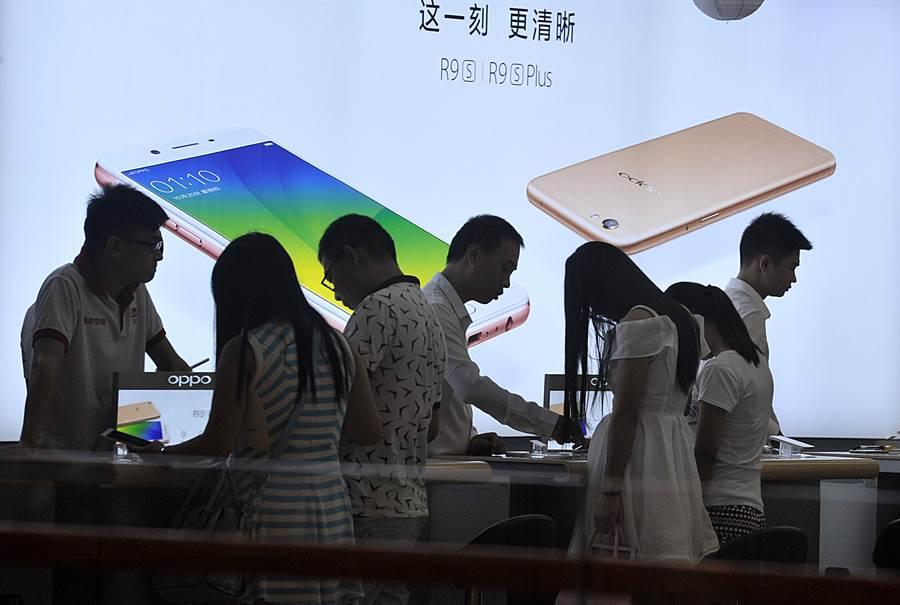 價格優勢,大陸品牌手機在東南亞市場相當吃香。(圖/中新社)