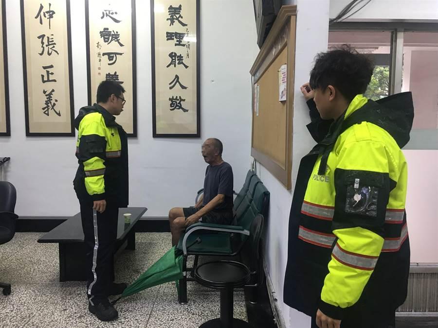 獨居90歲老爺爺,日前外出迷路走了約5公里,讓老爺爺雙腳癱坐在地淋雨,警方帶他會派出所。(張妍溱翻攝)