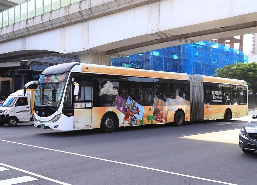 全國首輛《迪士尼永遠友你》主題彩繪雙節公車8/17、24快閃現身!(盧金足攝)