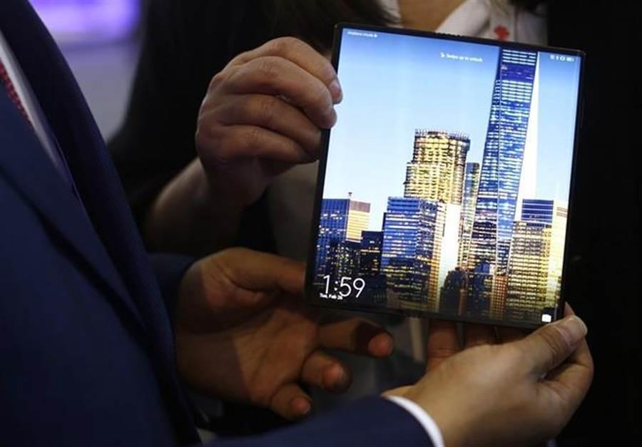 華為可摺疊迎螢幕手機Mate X。(圖/美聯社)