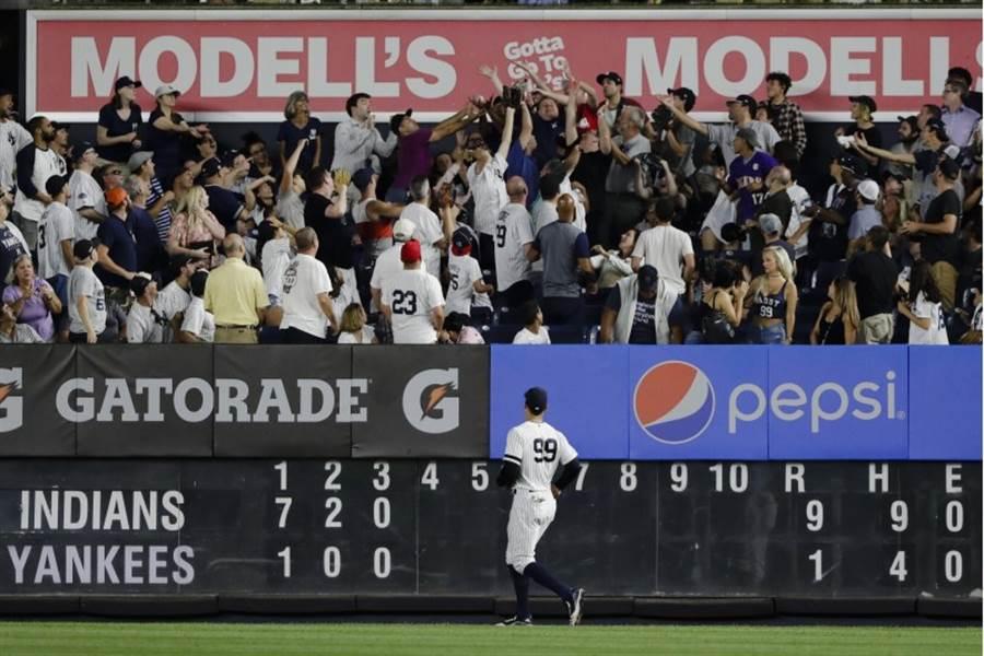 洋基外野手賈吉看著觀眾爭搶印地安人的全壘打球。(美聯社)