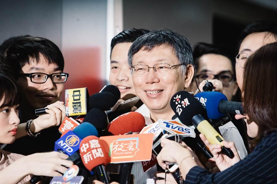 自爆婉拒鴻海創辦人郭台銘提出的副手、副總統兼行政院長等邀約,台北市長柯文哲(中)16日接受媒體聯訪時重申,政治最好還是理念的結合,不是這種分贓政治。(郭吉銓攝)