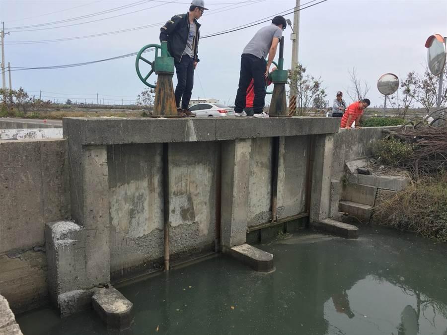 北門區部分老舊閘門因地基掏空,造成閘門止水不佳,此次工程將灌漿填補及改善止水封。(劉秀芬翻攝)