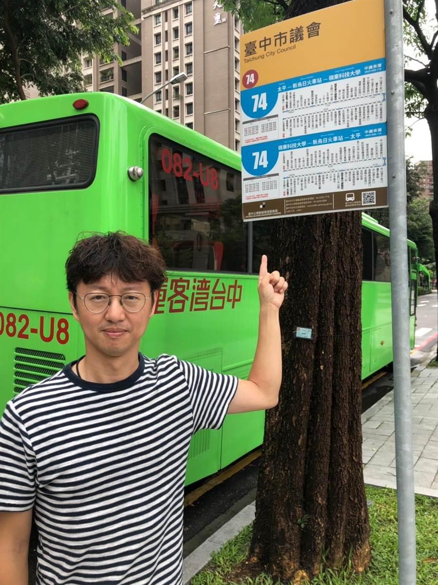 民進黨台中市議員江肇國16日批評今年公車運量明顯衰退,與去年同期相較,連4月下滑,衰退幅度還愈來愈大。(盧金足攝)