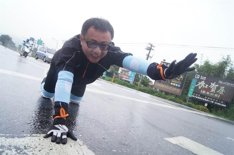 賴坤成爬到手腳發抖,求饒說「救命啊!可不可以分段爬完?」(資料照)