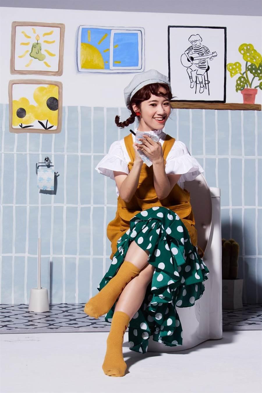 LuLu黃路梓茵新單曲〈巴豆痛〉,拍MV時坐在馬桶上,笑說「因為是道具,坐在上面要hold住可能襲來的便意。」(環球音樂提供)