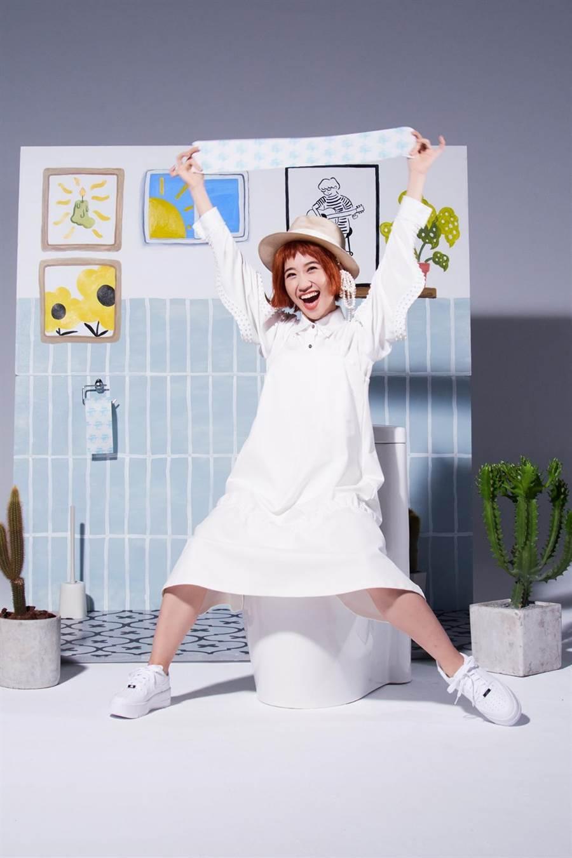 LuLu黃路梓茵新單曲〈巴豆痛〉,推出只抽不賣的「巴豆痛」捲筒衛生紙。(環球音樂提供)