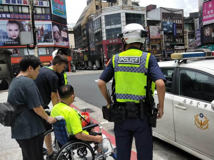 警方到場處理,將循線追查搶匪,還給黃姓街友公道。(許家寧攝)