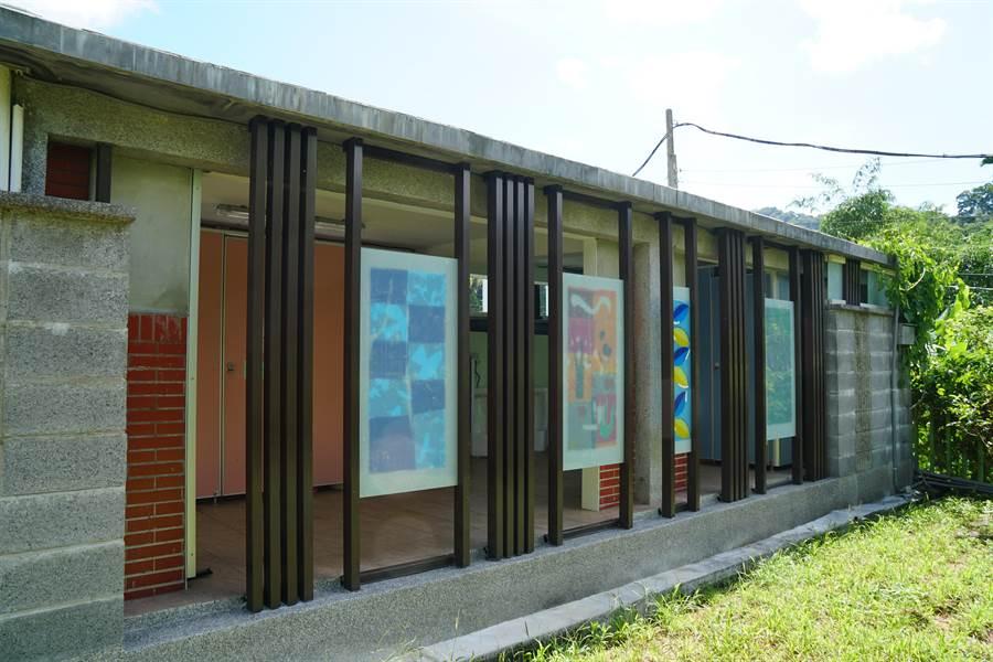 新竹縣大坪國小廁所經過整修,從死角搖身一變成亮點,空間明亮,且經學生創意點綴,充滿童趣。(莊旻靜攝)