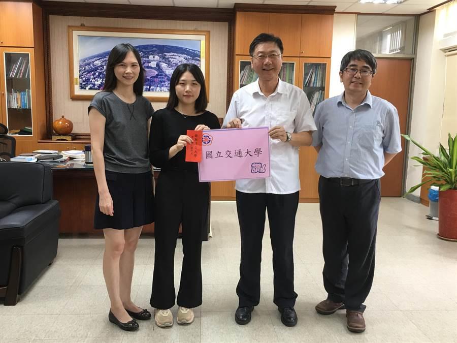 南投高中校長巫春貴(右二),頒發獎學金給施枚均(左二)。(廖志晃攝)