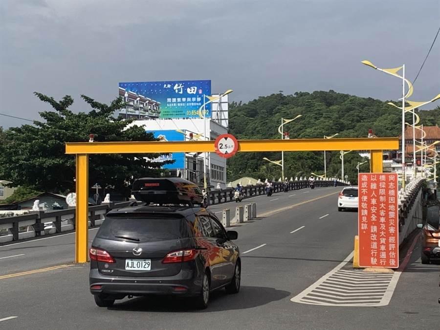 尚志橋是花蓮市區連接美崙的重要交通樞紐,自去年0206震災後,因橋體需補強,管制大型車輛行駛。橋體工程若遲遲未動工,對每日往返的車輛是一大隱患。(王昱凱攝)