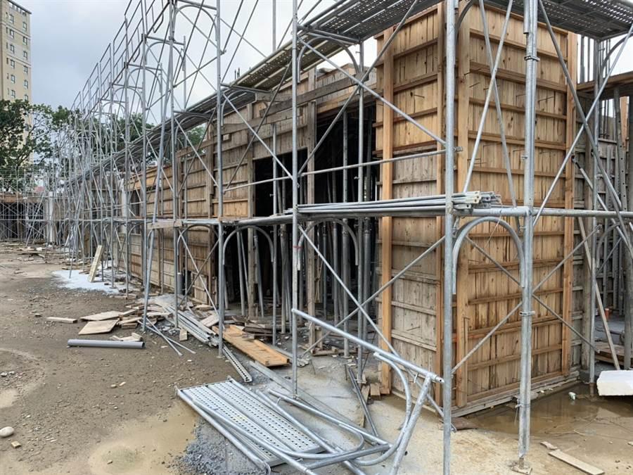 南陽國小正進行仁愛樓、信義樓拆除重建工程,目前工程進度20.82%,預定明年6月中旬完工。(王文吉攝)