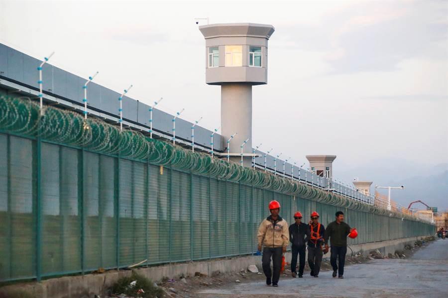 正值大陸疑將大批新疆維吾爾族關入「再教育營」而引起多個西方國家關切之際,傳川普政府將任命七年級的維族青年學者出任國家安全會議亞洲主任,負責協助制訂川普政府的大陸政策,引起關注。圖為新疆再教育營。(美聯社)
